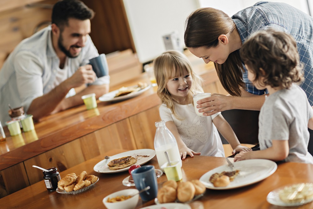 Family-having-breakfast-000060409092_Full